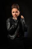 Adolescente sobre fondo oscuro Foto de archivo