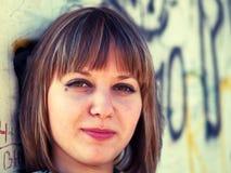 Adolescente sobre la pared de la pintada Fotografía de archivo libre de regalías