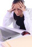 Adolescente sollecitato con un computer portatile Fotografia Stock Libera da Diritti