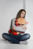 Adolescente solo. Adolescente triste que se sienta en el piso y el h Fotos de archivo libres de regalías