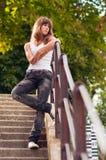 Adolescente solo hermoso que se coloca en las escaleras Fotografía de archivo libre de regalías