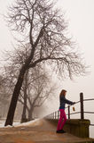 Adolescente solo que mira la niebla Fotografía de archivo