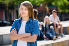 Adolescente solo que se coloca lejos Imagenes de archivo