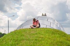 Adolescente solo rodeado por una ciudad grande fotografía de archivo libre de regalías