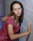 Adolescente songeuse contre le mur Photographie stock