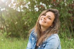 Adolescente sonriente al aire libre Foto de archivo