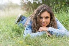 Adolescente sonriente al aire libre Imagen de archivo
