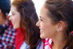 Adolescente sonriente al aire libre con los amigos Foto de archivo libre de regalías