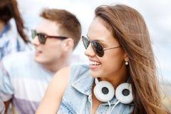 Adolescente sonriente al aire libre con los amigos Foto de archivo