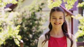 Adolescente sonriente al aire libre en el jardín del verano almacen de video