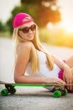 Adolescente sonriente atractivo del inconformista con el monopatín Fotografía de archivo libre de regalías