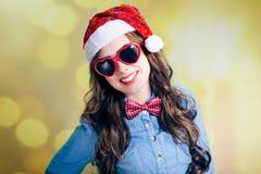 Adolescente sonriente atractivo en el sombrero de Papá Noel y Fotografía de archivo libre de regalías