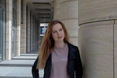 Adolescente sonriente bastante joven de la muchacha del estudiante con el pelo largo en un l Foto de archivo libre de regalías