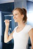 Adolescente sonriente con el cepillo de dientes Foto de archivo libre de regalías
