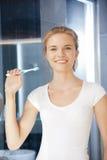 Adolescente sonriente con el cepillo de dientes Fotografía de archivo libre de regalías