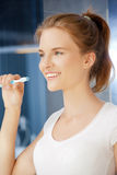 Adolescente sonriente con el cepillo de dientes Fotografía de archivo