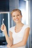 Adolescente sonriente con el cepillo de dientes Imagenes de archivo