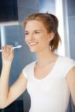 Adolescente sonriente con el cepillo de dientes Foto de archivo