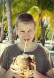 Adolescente sonriente con el coco Imagen de archivo