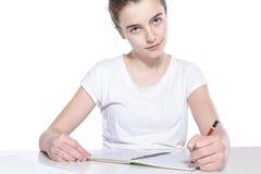 Adolescente sonriente con el libro y el lápiz de la copia Fotos de archivo