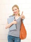 Adolescente sonriente con el ordenador portátil Foto de archivo