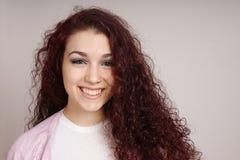 Adolescente sonriente con el pelo rizado Fotos de archivo libres de regalías