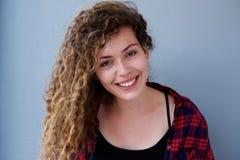 Adolescente sonriente con el pelo rizado Fotografía de archivo