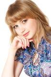 Adolescente sonriente con el pelo rubio largo Fotografía de archivo
