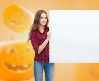 Adolescente sonriente con el tablero blanco Foto de archivo