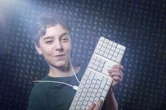 Adolescente sonriente con el teclado de ordenador Imagen de archivo