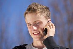 Adolescente sonriente con el teléfono celular Fotografía de archivo