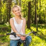 Adolescente sonriente con la bicicleta Foto de archivo