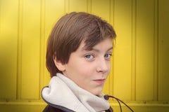 Adolescente sonriente con la bufanda del invierno Fotografía de archivo libre de regalías