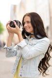 Adolescente sonriente con la cámara Foto de archivo libre de regalías