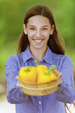 Adolescente sonriente con la cesta Foto de archivo libre de regalías