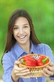 Adolescente sonriente con la cesta Imágenes de archivo libres de regalías