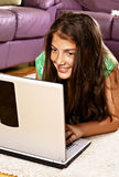 Adolescente sonriente con la computadora portátil Fotos de archivo