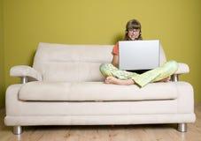 Adolescente sonriente con la computadora portátil Imagenes de archivo