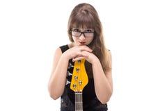 Adolescente sonriente con la guitarra Imagenes de archivo