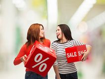 Adolescente sonriente con la muestra del por ciento y de la venta Imagen de archivo libre de regalías