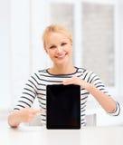Adolescente sonriente con la pantalla en blanco de la PC de la tableta Imágenes de archivo libres de regalías