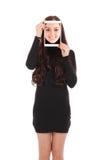 Adolescente sonriente con la tableta digital que hace el selfie Fotos de archivo