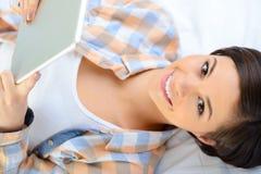 Adolescente sonriente con la tableta portátil Fotos de archivo libres de regalías