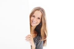 Adolescente sonriente con la tarjeta en blanco Imagen de archivo libre de regalías