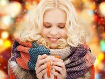 Adolescente sonriente con la taza del té o de café Fotografía de archivo