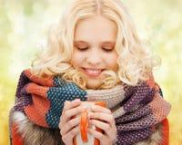 Adolescente sonriente con la taza del té o de café Imagen de archivo