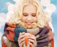 Adolescente sonriente con la taza del té o de café Foto de archivo libre de regalías