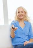 Adolescente sonriente con la TV teledirigida Foto de archivo