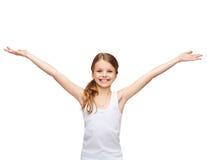 Adolescente sonriente con las manos aumentadas Fotos de archivo