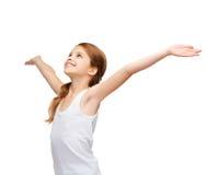 Adolescente sonriente con las manos aumentadas Imágenes de archivo libres de regalías